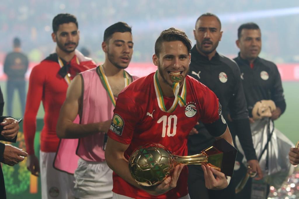 رمضان صبحي يحمل كأس البطولة