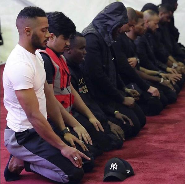 محمد رمضان اثناء صلاته