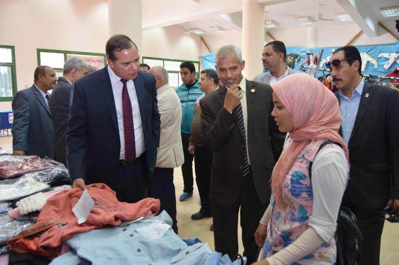بتكلفة نصف مليون جنيه جامعة سوهاج تفتتح معرضها السنوي الخيري للملابس   (7)