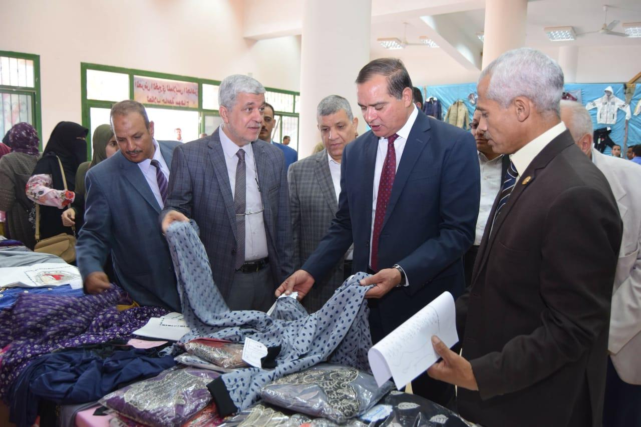 بتكلفة نصف مليون جنيه جامعة سوهاج تفتتح معرضها السنوي الخيري للملابس   (5)