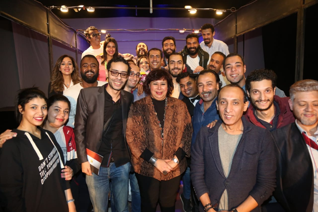 وزيرة الثقافة مع أبطال العرض المسرحى