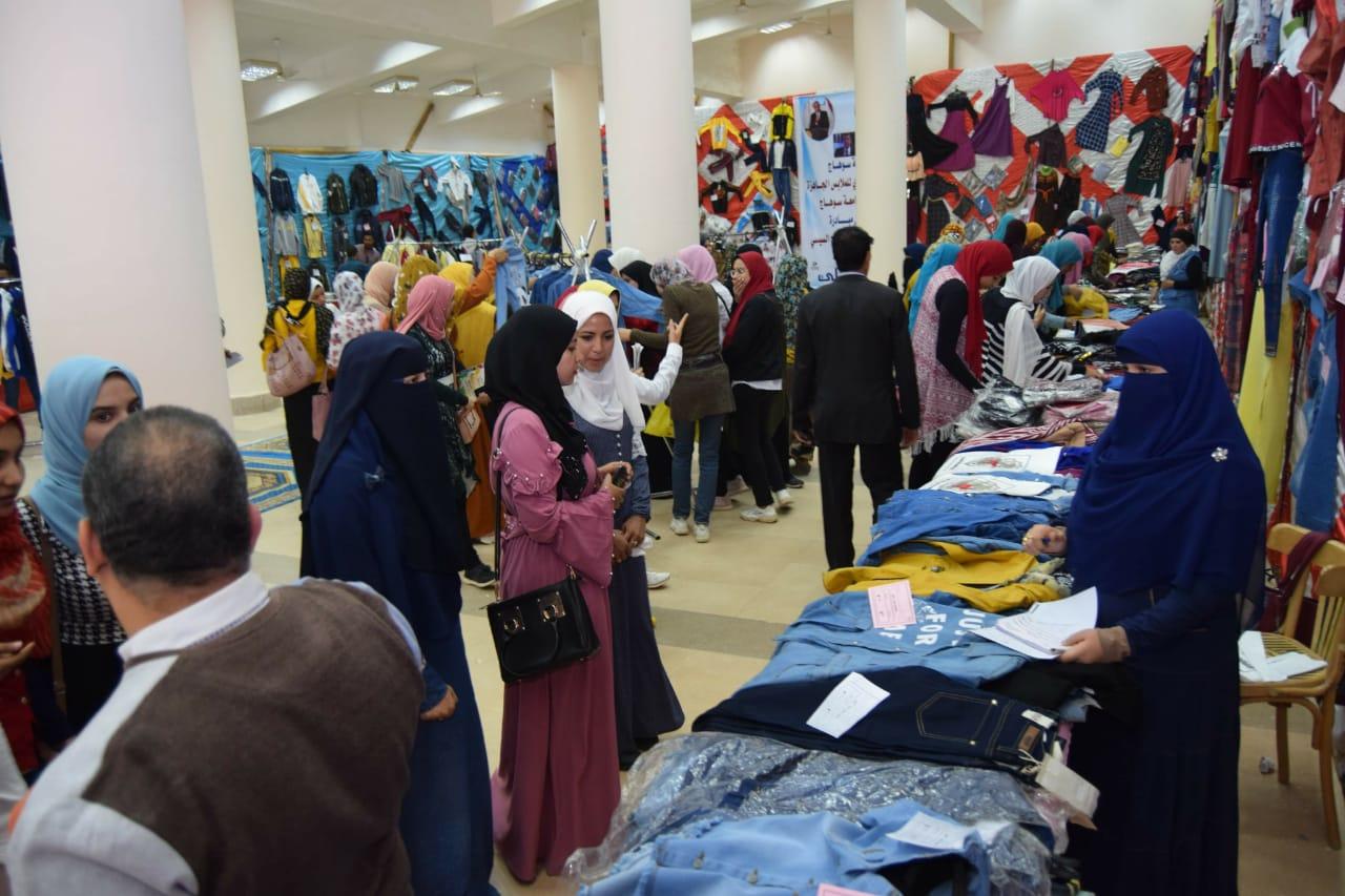 بتكلفة نصف مليون جنيه جامعة سوهاج تفتتح معرضها السنوي الخيري للملابس   (4)