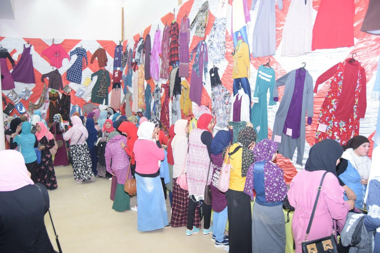 بتكلفة نصف مليون جنيه جامعة سوهاج تفتتح معرضها السنوي الخيري للملابس   (6)