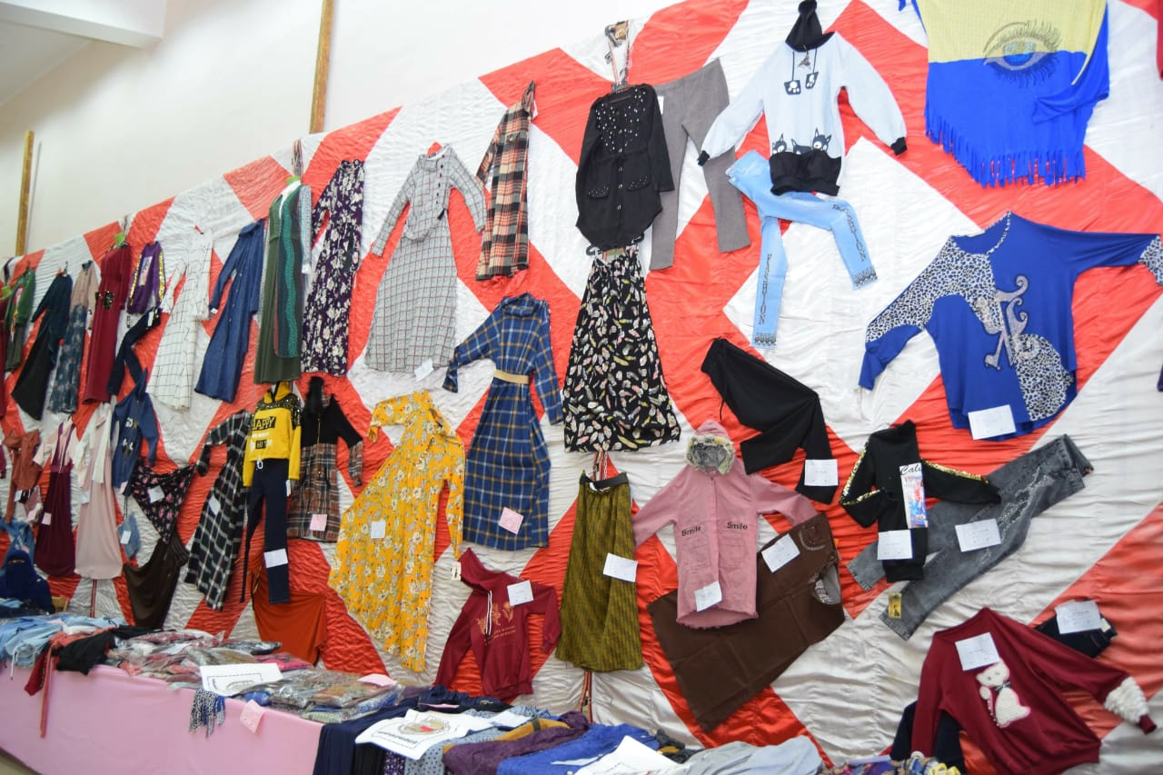 بتكلفة نصف مليون جنيه جامعة سوهاج تفتتح معرضها السنوي الخيري للملابس   (3)