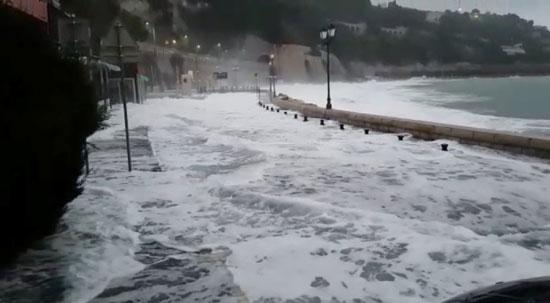 مياه الامطار تغمر الشارع