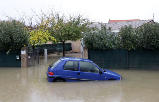 سيارة وسط المياه