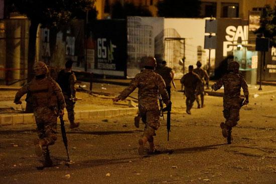 قوات الجيش تحاول تفريق المحتجين