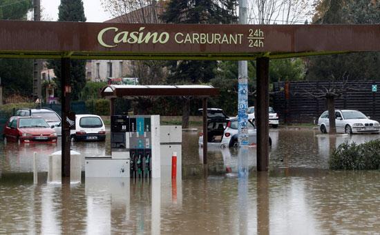 غرق محطة وقود