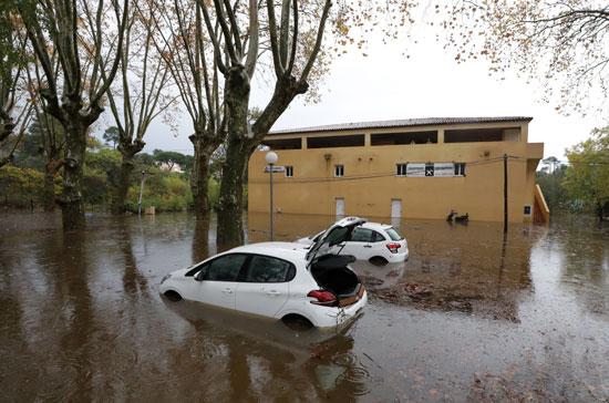 سيارة معطلة جراء السيول فى فرنسا