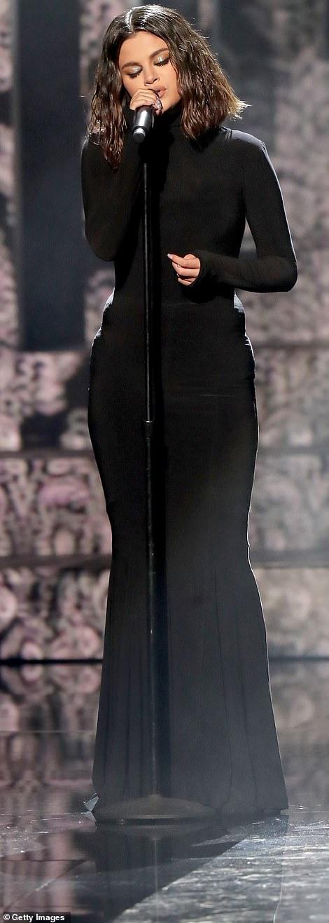 سيلينا جوميز بالفستان الأسود (1)