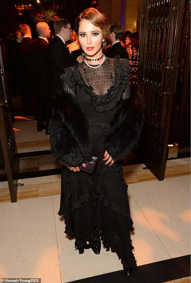 المغنية الإنجليزية شيريل بفستان مدرج
