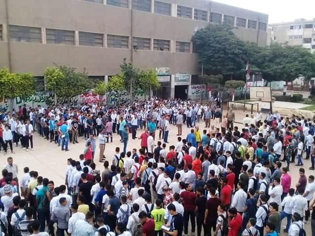 كثافة كبيرة بالمدارس للطلاب