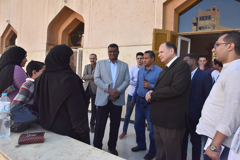 جولة محافظ أسيوط الجديد لمستشفى الحميات وقصر الثقافة (9)