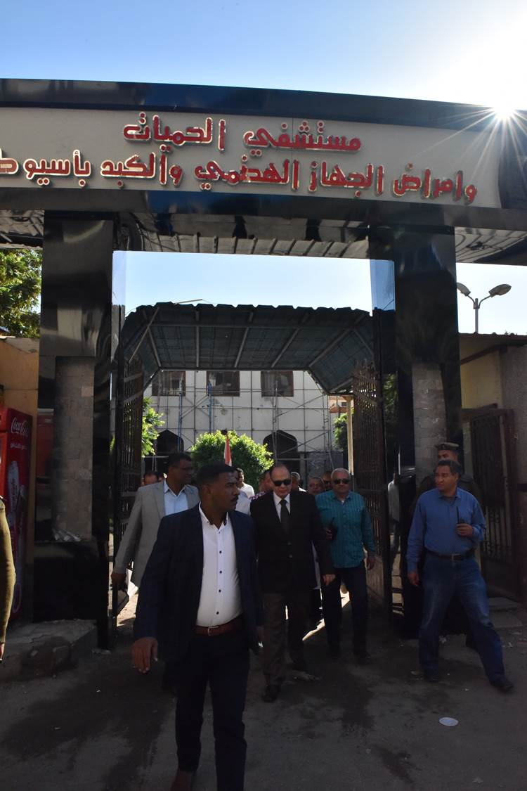 جولة محافظ أسيوط الجديد لمستشفى الحميات وقصر الثقافة (11)