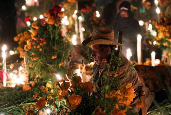 مواطن يضع الورود على المقابر