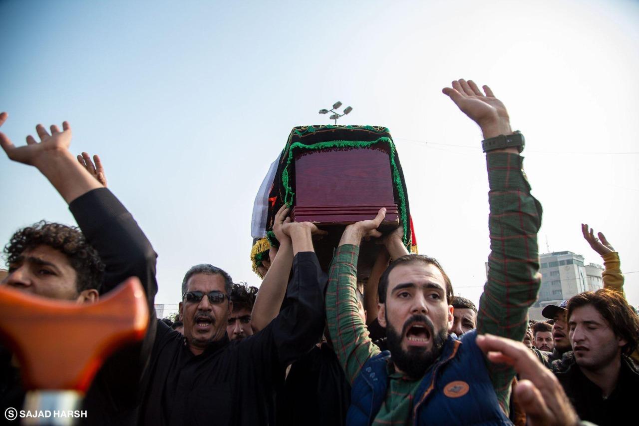 المواطنون العراقيون يشيعون ضحايا مظاهرات أمس