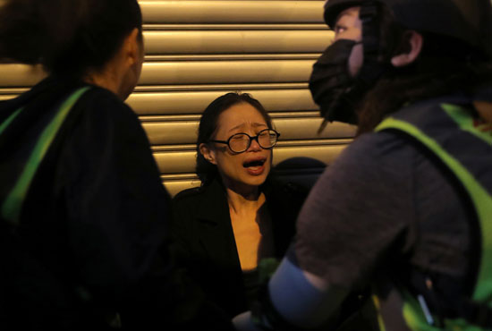 تأثر سيدة من الغاز المسيل للدموع