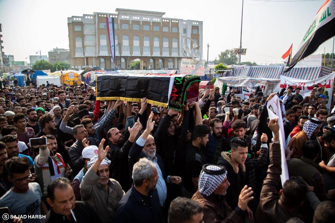 حشود من العراقيين يشيعون ضحايا اظاهرات بالنجف سقطوا امس
