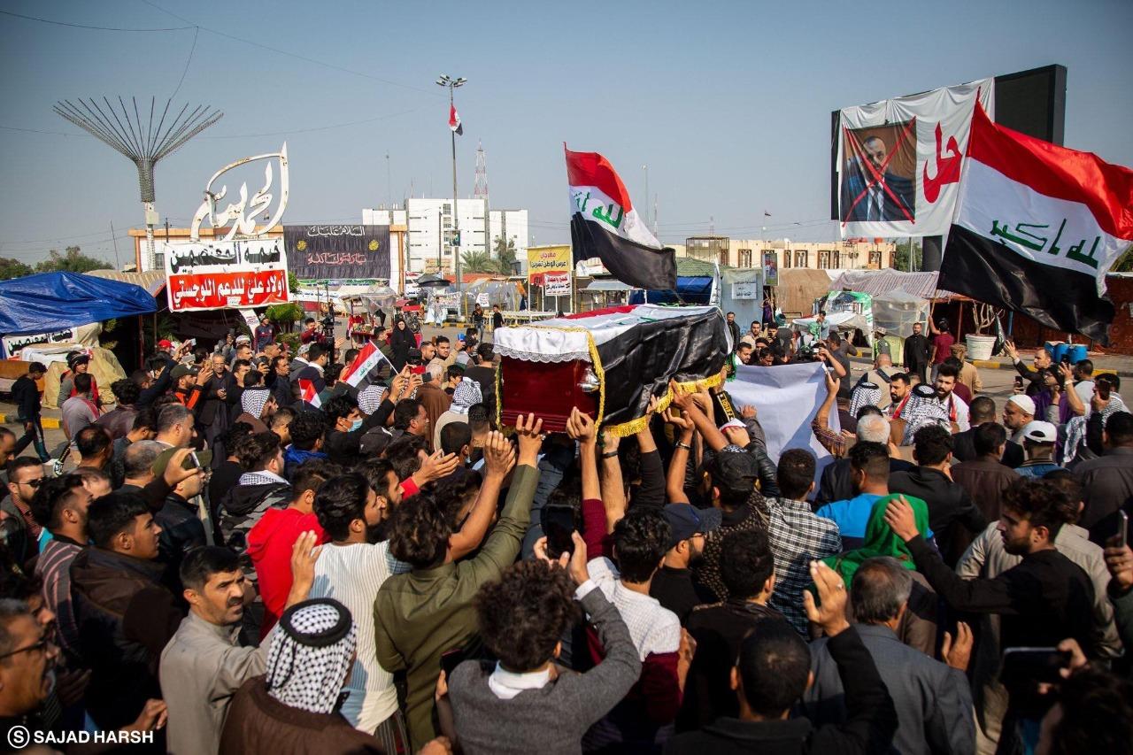 ألاف المواطنون العراقيون يشيعون ضحايا مظاهرات أمس