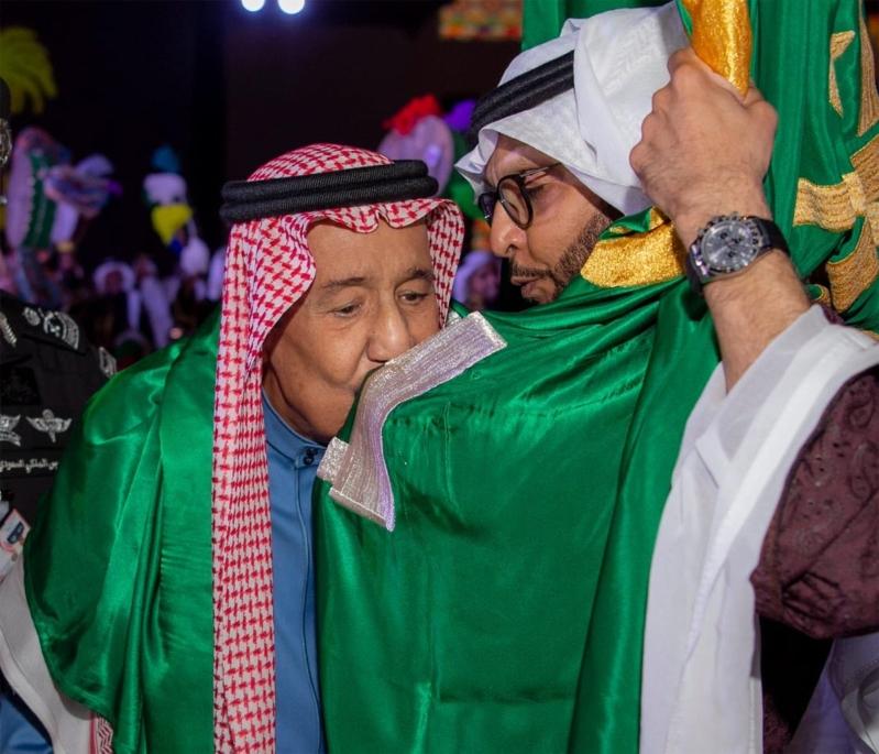 الملك سلمان يقبل علم السعودية