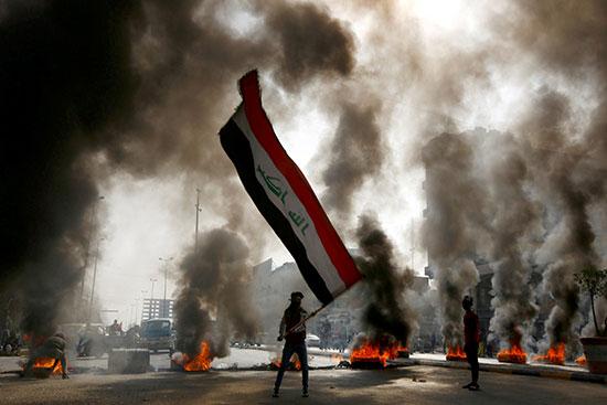 المتظاهراون العراقيون يشعلون لاطارات احتجاجا على مقتل 3 متظاهرين بالنجف
