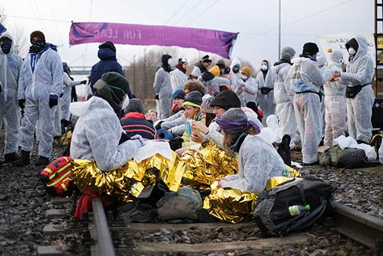 متظاهرون يجلسون على قضبان القطار احتجاجا على تغير المناخ