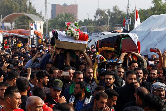 مواطنون بالنجف يشيعون جثامين قتلى مظاهرات أمس