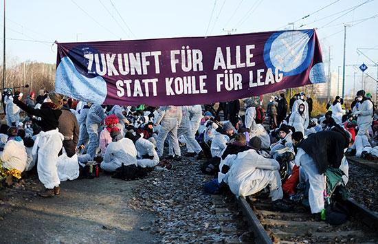 المتظاهرون يرفعون لافتات مناهضة لخطة حول التغير المناخى