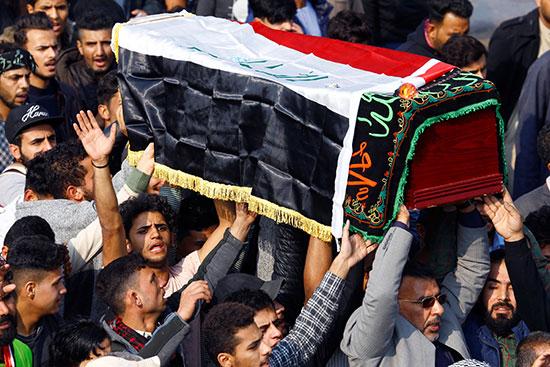 مواطنون عراقيوون يحملون نعش أحد القتلى بمحافظة النجف