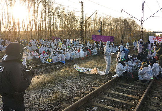 المتظاهرون يفترشون خد السكة الحديد