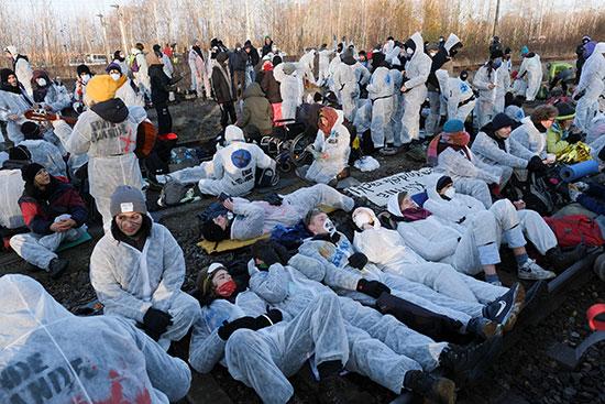 المتظاهرون ينامون على قضبان القطار احتجاجا على استراتيجية خاصة بالمناخ