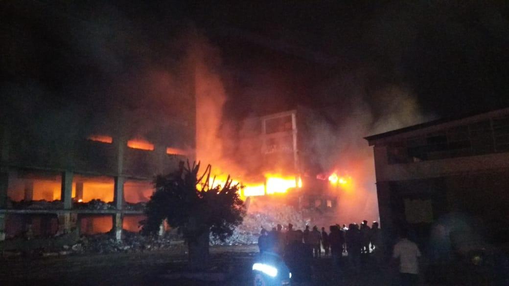 انهيار نصف مبني مصنع بقليوب (10)