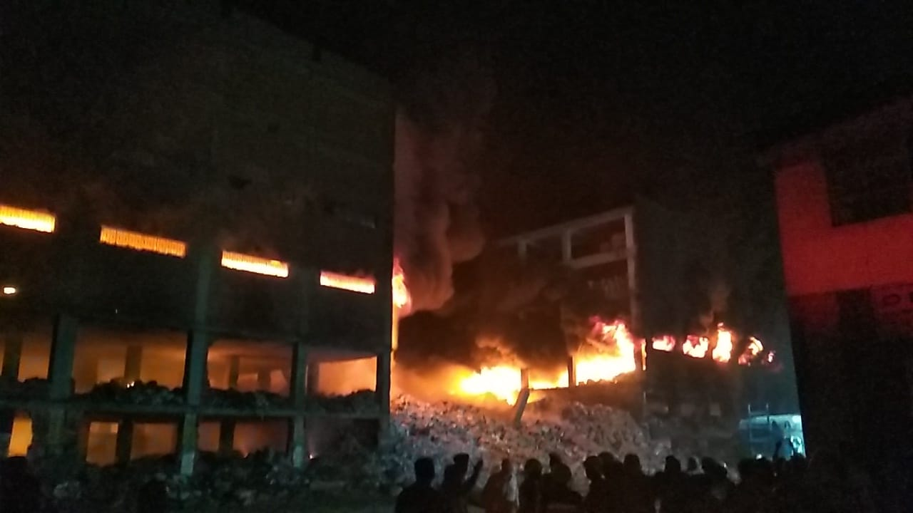 انهيار نصف مبني مصنع بقليوب (2)