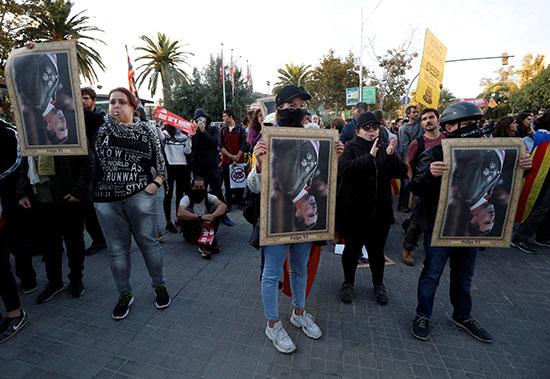 متظاهرون يرفعون صورا مقلوبة للملك فليب