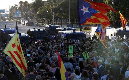 قوات الشرطة تحاصر المتظاهرين