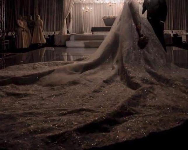 عروس ترتدى أحد فساتين الزفاف