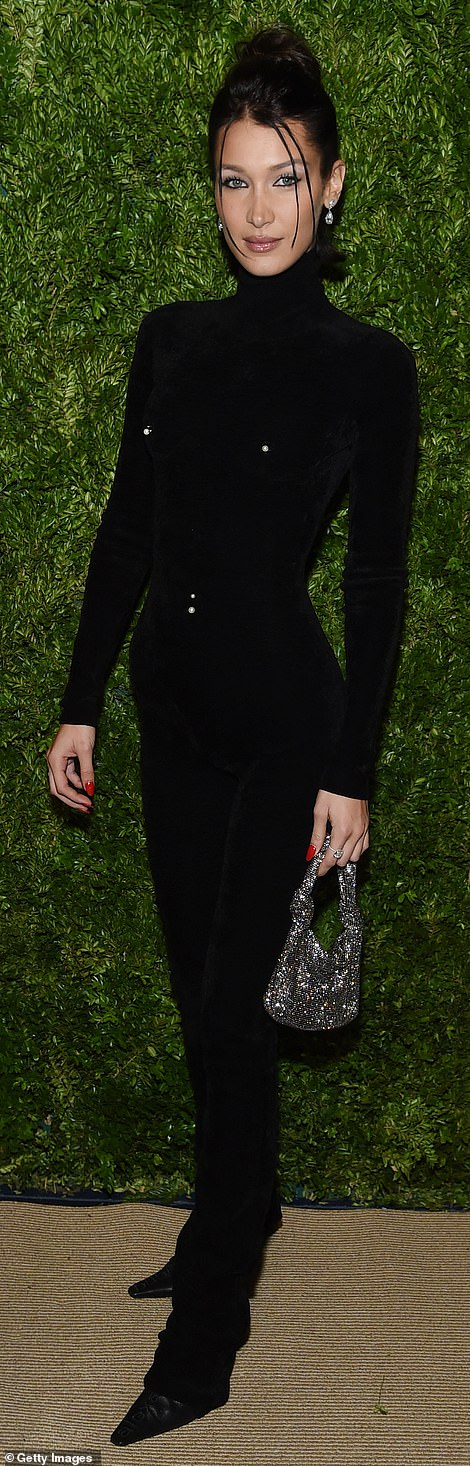 20606410-7649921-Bizarre_look_Her_younger_sister_Bella_Hadid_23_looked_like_a_que-a-9_1572923815141