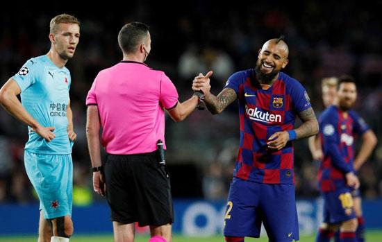 فيدال-مع-حكم-مباراة-برشلونة-ضد-سلافيا-براج