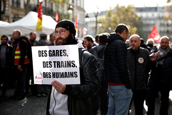 عامل يرفع اللافتات الاحتجاجية فى محطة مترو أنفاق باريس