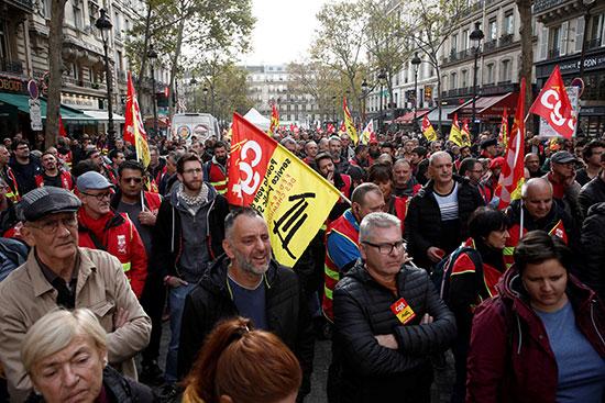 العشرات من عمال السكة الحديد خلال التظاهرات