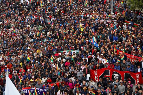 حشود من المحتجين