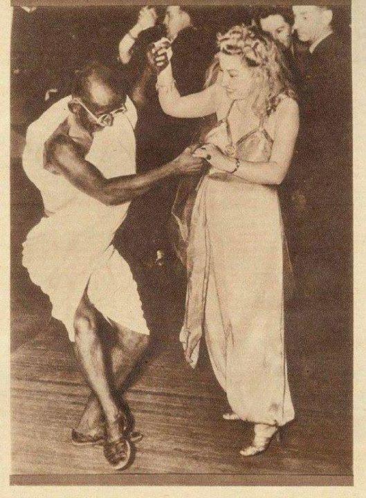 غاندي يرقص