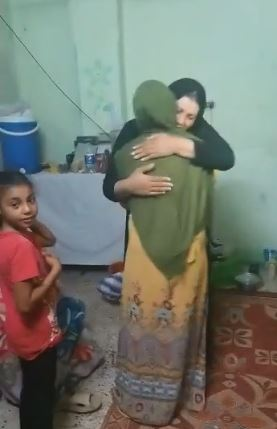 فتاة العياط في حضن والدتها