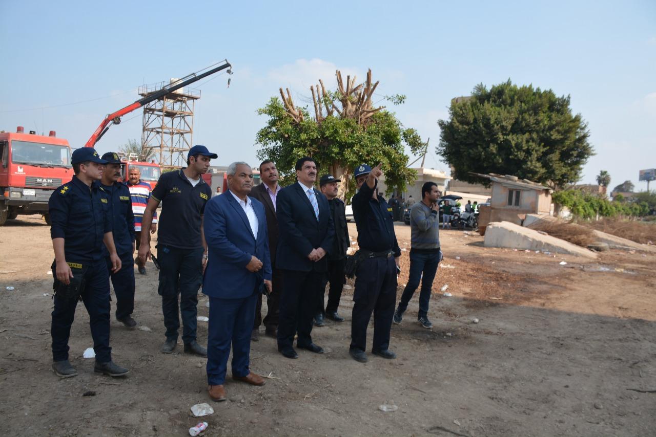 محافظ القليوبية يتفقد أعمال التبريد بموقع حريق مصنع أبو حوا (1)