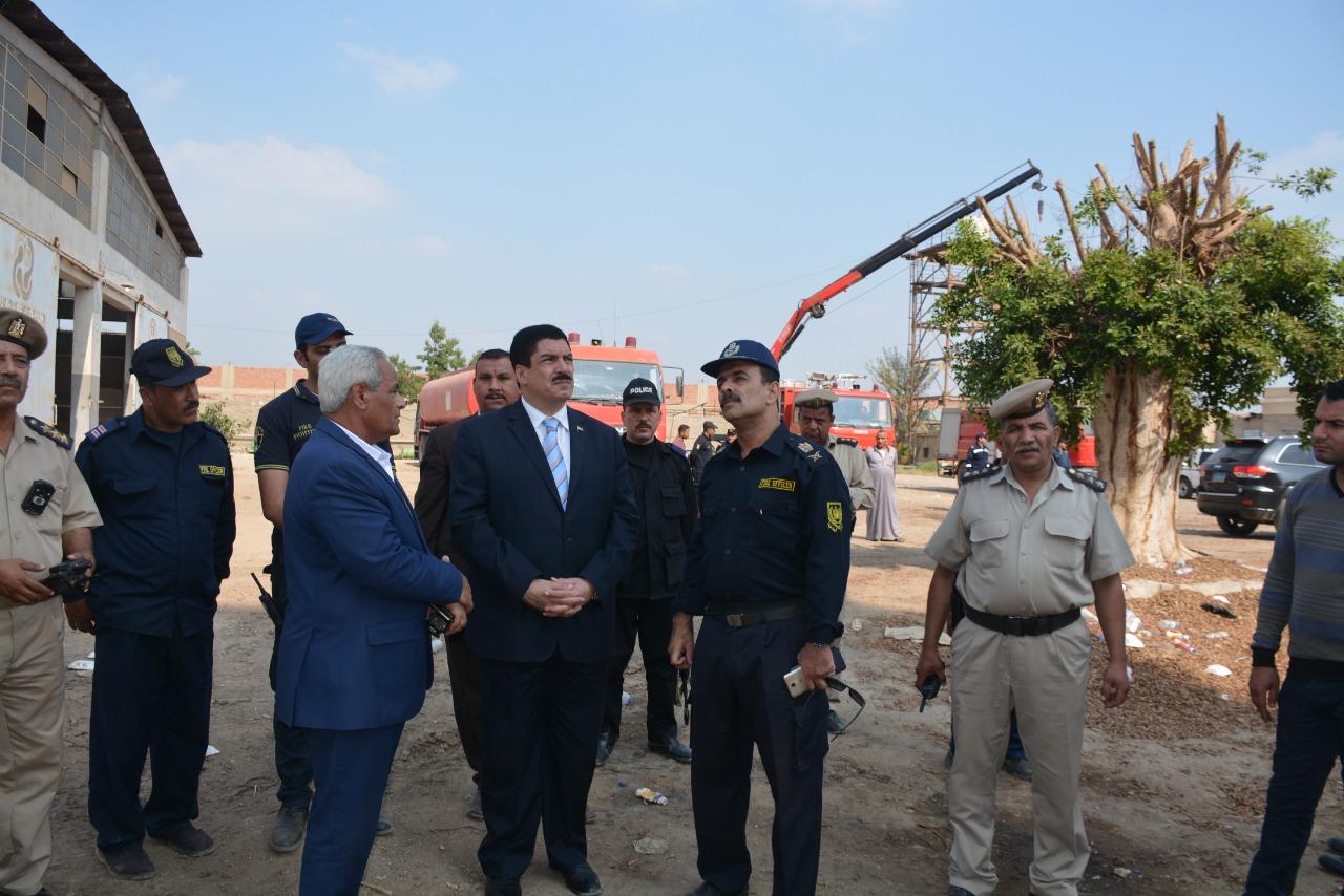 محافظ القليوبية يتفقد أعمال التبريد بموقع حريق مصنع أبو حوا (3)