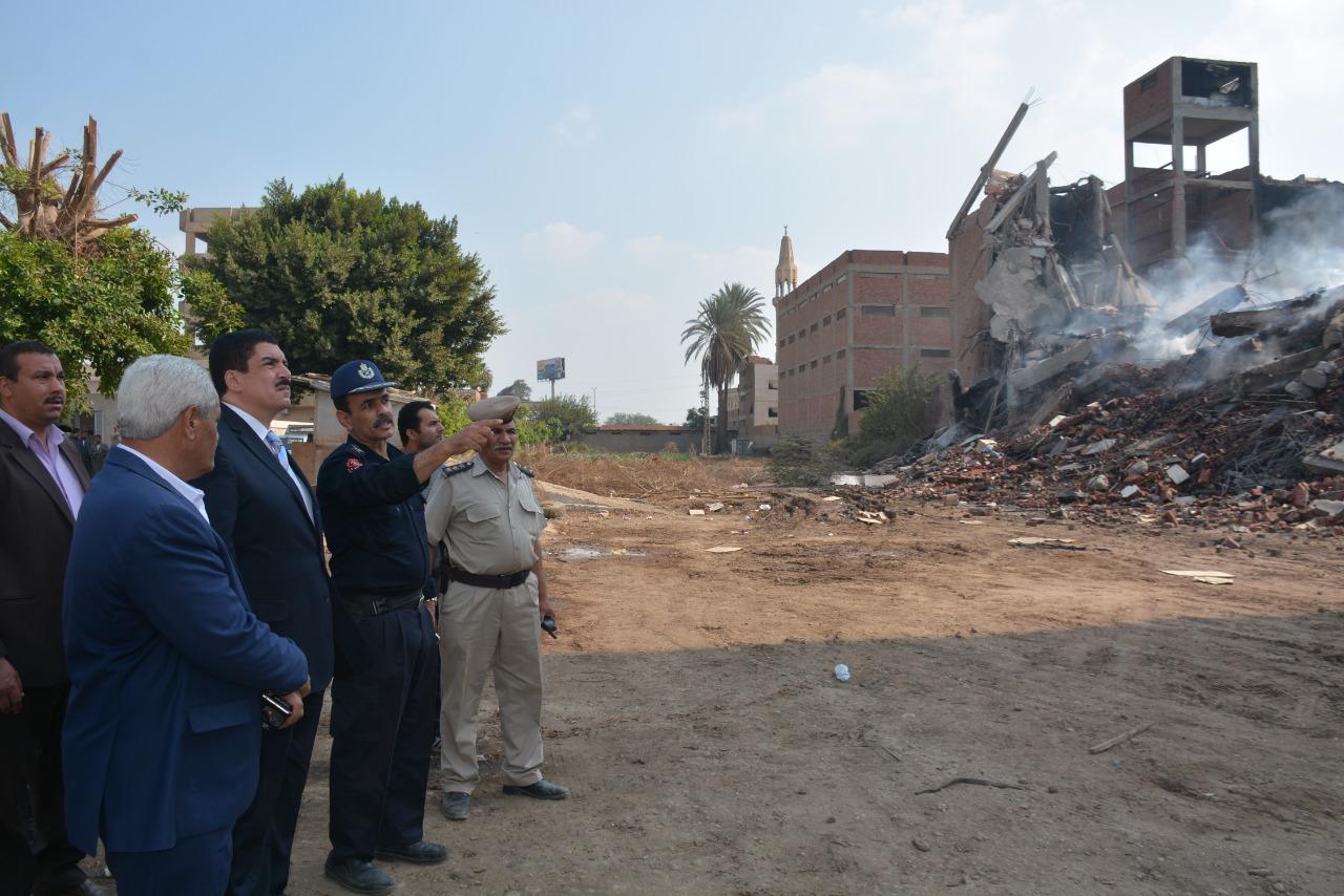 محافظ القليوبية يتفقد أعمال التبريد بموقع حريق مصنع أبو حوا (6)