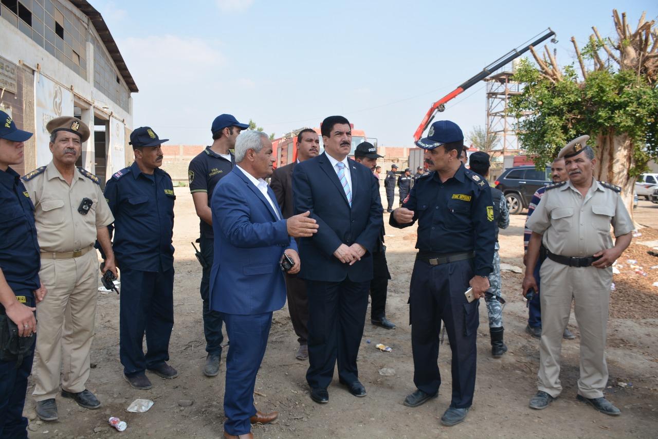 محافظ القليوبية يتفقد أعمال التبريد بموقع حريق مصنع أبو حوا (2)