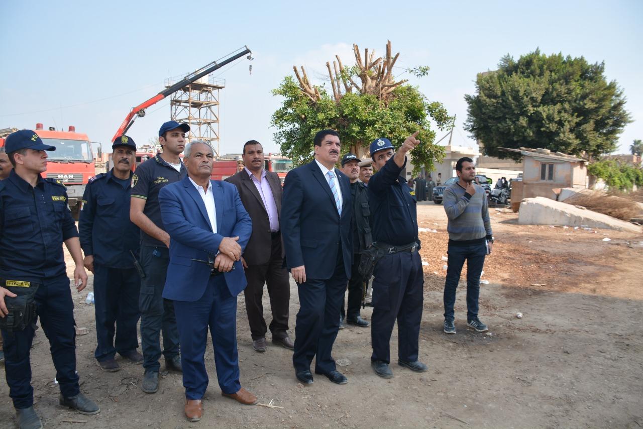 محافظ القليوبية يتفقد أعمال التبريد بموقع حريق مصنع أبو حوا (4)