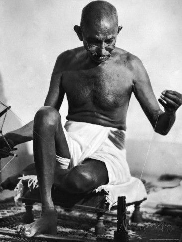 غاندي يغزل النول