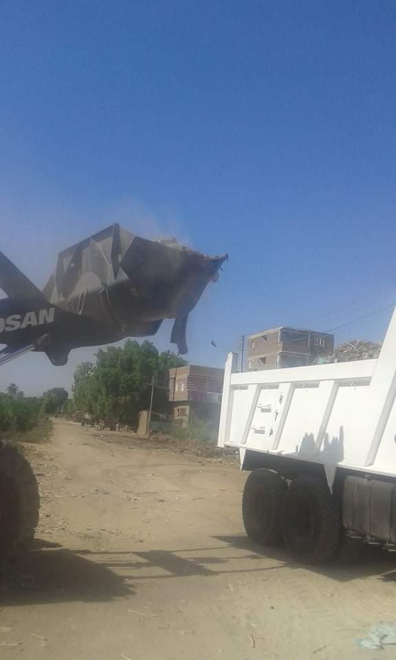 رفع 25 طن قمامة وتراكمات بمدينة الزينية شمالي محافظة الأقصر (4)